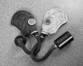 Loving couple of gas masks — Foto Stock