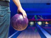 Uomo con palla da bowling — Foto Stock