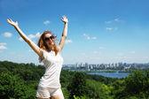 šťastná mladá žena venkovní — Stock fotografie