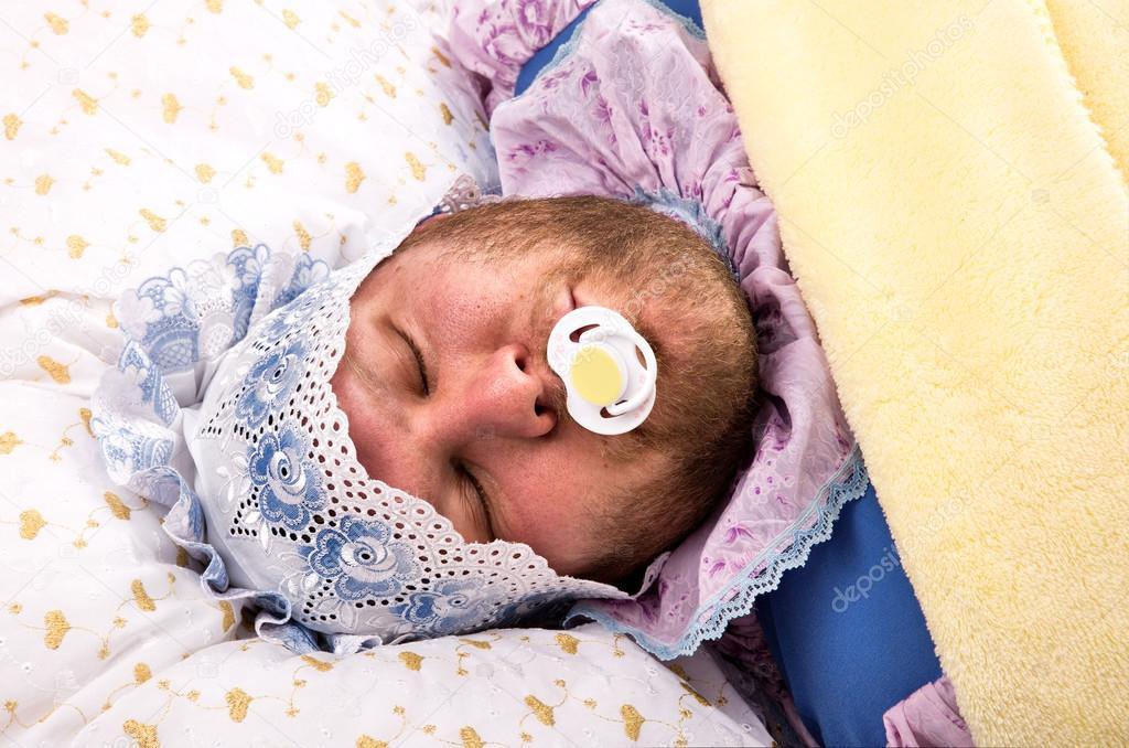 Новорождённый ребёнок не спит днём