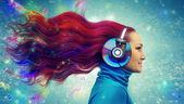 Roodharige vrouwen luisteren — Stockfoto