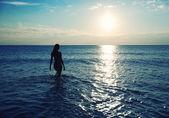 在水中的女人剪影 — 图库照片
