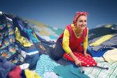 Ama de casa navegando en tablas de planchar — Foto de Stock