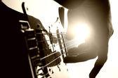 吉他手弹在舞台上 — 图库照片