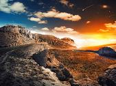 Vacker utsikt över en berg flod vid solnedgången — Stockfoto