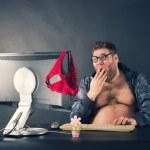 Mann sitzt am Schreibtisch, die auf der Suche auf dem Computerbildschirm — Stockfoto #45101081