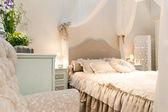 Mooi bed in een hotel-nummer — Stockfoto
