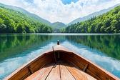 Barco de madera en el lago — Foto de Stock