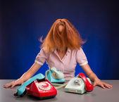 исчерпаны женщиной с красочных телефоны — Стоковое фото