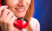 Mujer con teléfono rojo — Foto de Stock