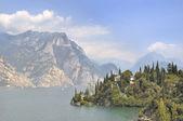 вилла на берегу озера гарда — Стоковое фото