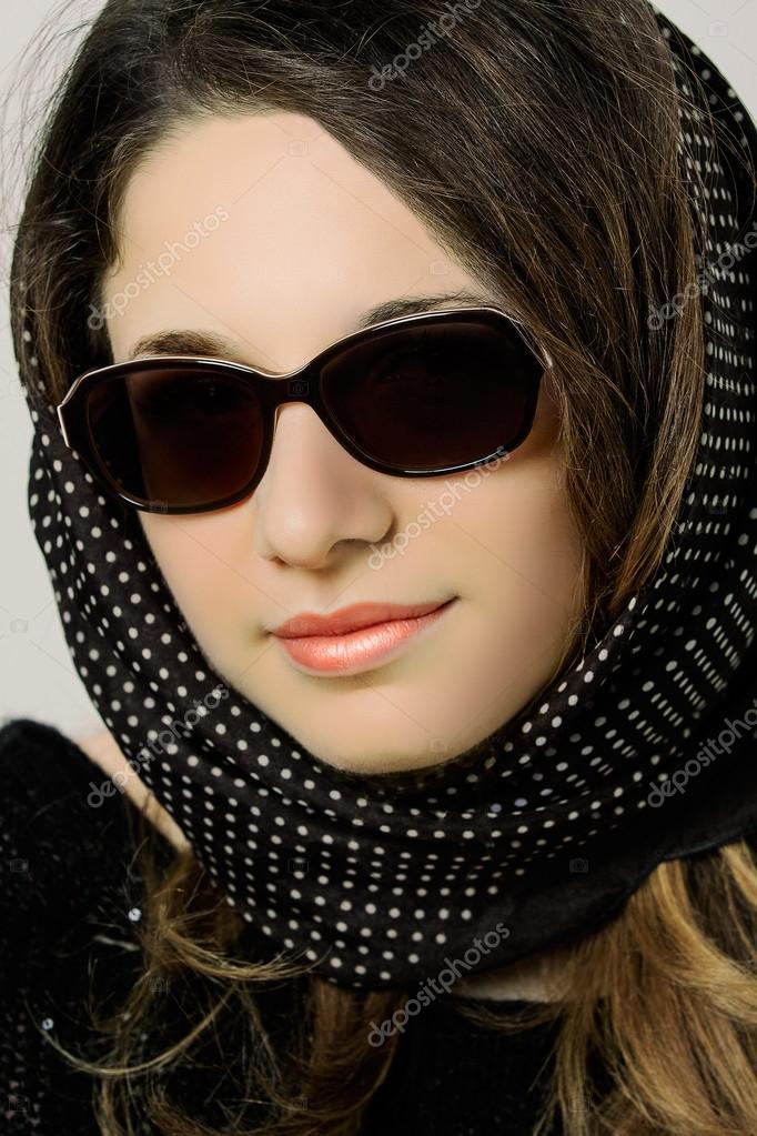 Красивые девушки в модных очках фото