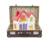 新七彩房子在旧皮箱与剪切路径 — 图库照片