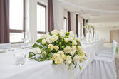 Wedding table with bouquet of roses — Stock Photo