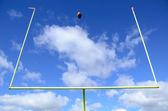アメリカン ・ フットボールおよびゴールポスト — ストック写真