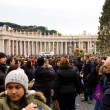Постер, плакат: Waiting for the pope to recite the weekly Angelus prayer