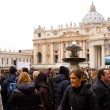 Waiting for the pope to recite the weekly Angelus prayer — Stock Photo