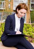 Affärskvinna med urklipp — Stockfoto