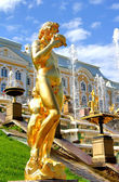 Statue im peterhof grand palace in russland — Stockfoto