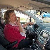 Frau mittleren alters in einem auto — Stockfoto