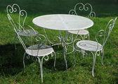Zahradní stůl a židle v létě — Stock fotografie