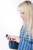 Porträtt av blond kvinna ringer — Stockfoto