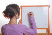 Młoda dziewczyna rysunek na tablicy biały — Zdjęcie stockowe