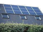 Huis met zonnepanelen op het dak — Stockfoto