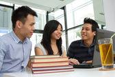 азиатский колледж студентов, обучающихся в кафе — Стоковое фото