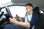 運転中のテキスト メッセージ — ストック写真
