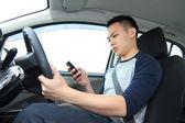 Textových zpráv během jízdy — Stock fotografie