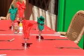 Kleurrijke buiten restaurant tabel — Stockfoto