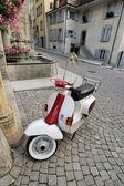 Scooter in città vecchia, estavayer-le-lac, svizzera — Foto Stock