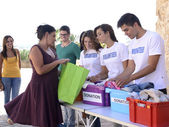 группа добровольцев, собирая пожертвования одежда — Стоковое фото