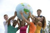 группа молодых, держа глобус земли — Стоковое фото