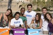 Glücklich und vielfältige gruppe von freiwilligen — Stockfoto