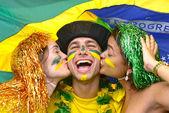 Grupa fanów szczęśliwy brazylijskiej piłki nożnej — Zdjęcie stockowe