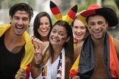 восторженные немецкие спортивные болельщики празднует победу — Стоковое фото