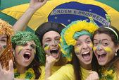 幸せのブラジルのサッカーのファンのグループ — ストック写真