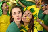 Brasilianische freundinnen fußball-fans — Stockfoto