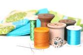 Sy- och quiltning tråd på vit — Stockfoto