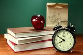 Pranzo, apple, libri e orologio sulla scrivania a scuola — Foto Stock