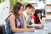 Groep studenten in een klaslokaal — Stockfoto