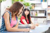Studente barare all'esame di prova — Foto Stock