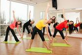 групповое обучение в фитнес-центре — Стоковое фото