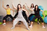 Grupo entrenamiento en un gimnasio — Foto de Stock