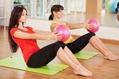 Groepstraining in een fitnesscentrum — Stockfoto