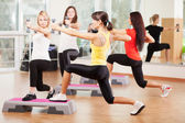 Groepstraining in een fitnesscentrum — Stockfoto