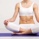 güzel bir kadın egzersiz Yoga — Stok fotoğraf