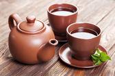 木製のテーブルのミントと紅茶 — ストック写真